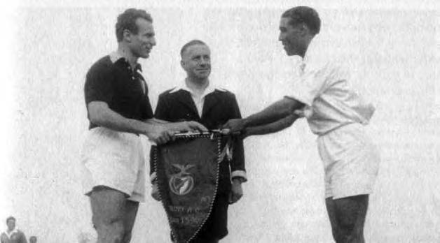 Ο Ματσόλα (Τορίνο) και ο Φραντσίσκο Φερέιρα (Μπενφίκα) ανταλλάσσουν λάβαρα πριν από το τελευταίο ματς της «Μεγάλης Τορίνο» στη Λισαβόνα στις 3/5/1949.