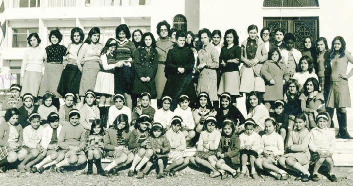 Ομαδική φωτογραφία κοριτσιών των ιδρυμάτων.