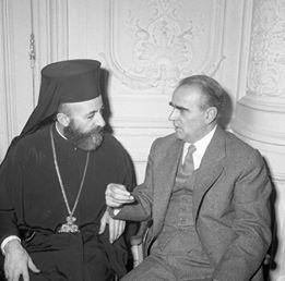 Μακάριος και Καραμανλής μετά την υπογραφή των συμφωνιών.