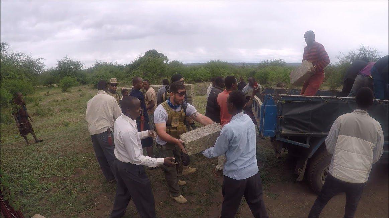 Ξεφορτώνοντας Υλικά Για Το Σχολείο Στην Τανζανία
