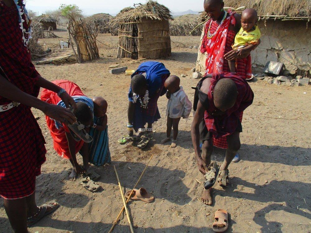 Παιδιά Στην Τανζανία Αποκτούν Τα  Καινούργια Παπούτσια Τους