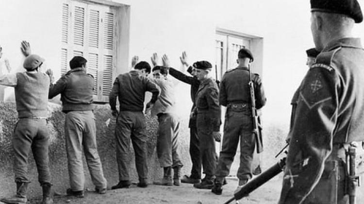 Βρετανοί στρατιώτες διενεργούν σωματικές έρευνες σε πολίτες.