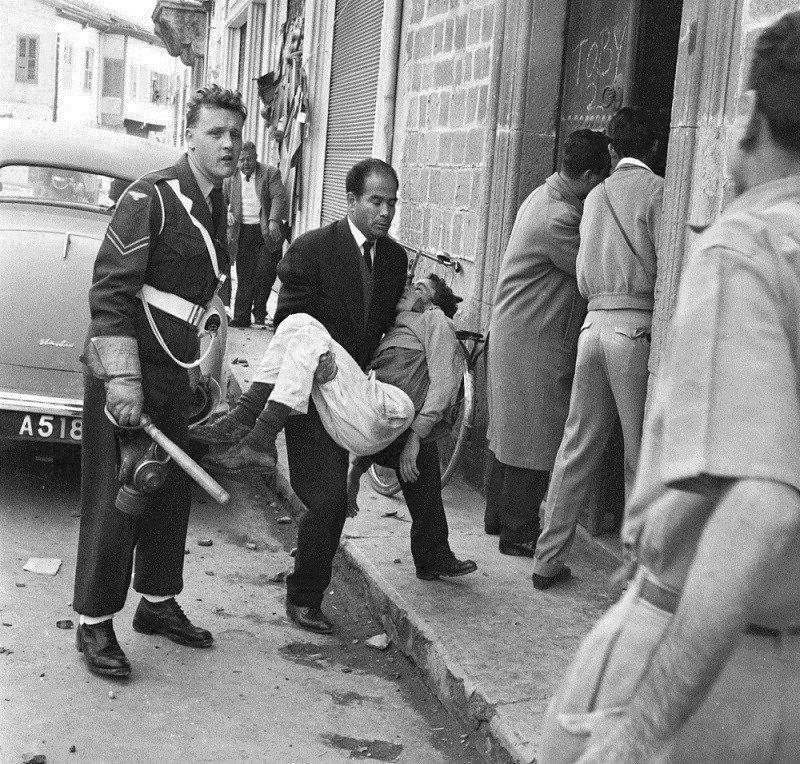 Μεταφορά τραυματία κατά τη διάρκεια διαδήλωσης.