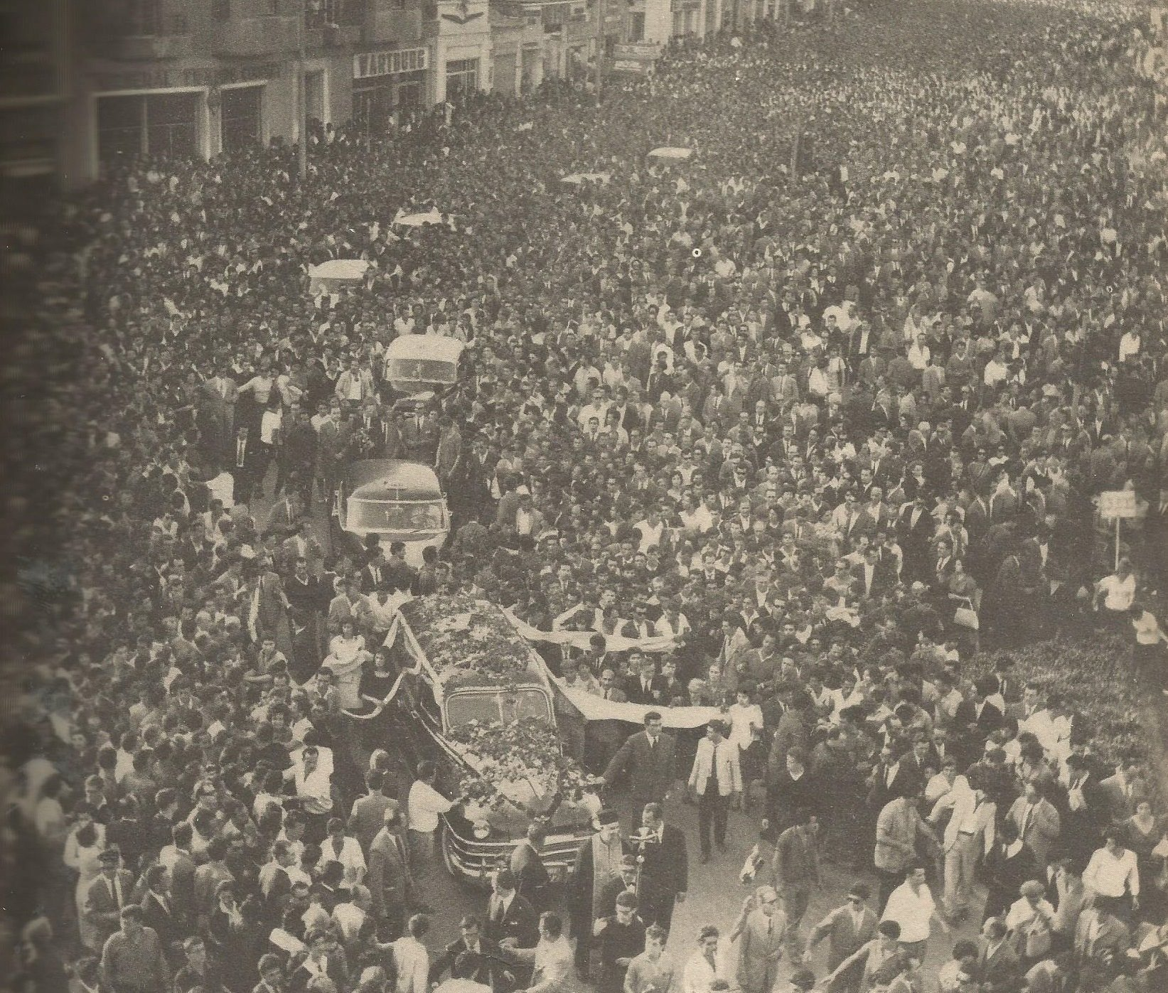 Η κηδεία του Λαμπράκη μετατράπηκε σε συλλαλητήριο.