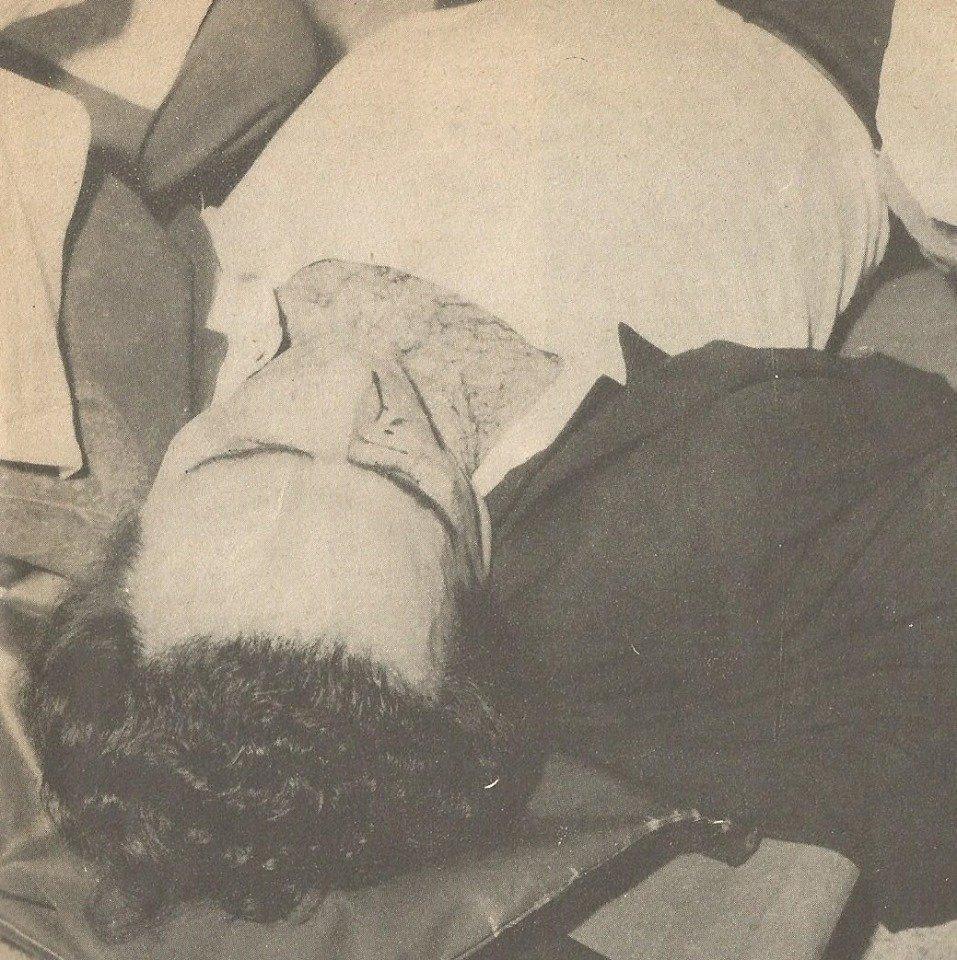 Ο Λαμπράκης κτυπημένος, ξαπλωμένος σε φορείο.