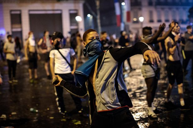 Fans-Celebrate-The-Outcome-Of-The-World-Cup-Final-Between-France-And-Croatia (4)