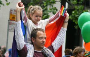 Έρευνα: Οι gay μπαμπάδες είναι πιο δραστήριοι με τα παιδιά τους απ' ότι οι straight