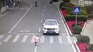 Ανήλικο κοριτσάκι υποκλίνεται σε οδηγό που της έδωσε προτεραιότητα σε διάβαση πεζών (vid)