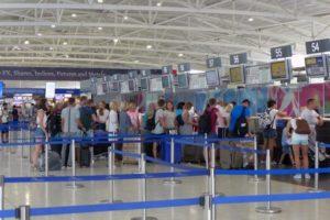 Aεροδρόμιο Λάρνακας: 28χρονη χτύπησε και εξύβρισε αστυνομικό