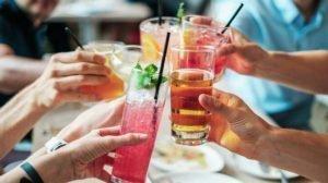 Μύθος ότι ένα-δύο ποτηράκια αλκοόλ προστατεύουν από εγκεφαλικό