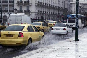 Ακόμη και λίγη βροχή αυξάνει σημαντικά τον κίνδυνο θανατηφόρου τροχαίου
