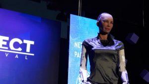 'Μου αρέσει η Κύπρος', λέει το ρομπότ Sophia και δηλώνει περήφανη για το ελληνικό της όνομα