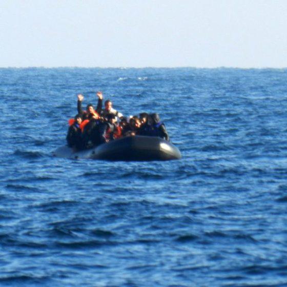 Οκτώ άνθρωποι έχασαν τη ζωή τους μετά τη βύθιση λέμβου με μετανάστες