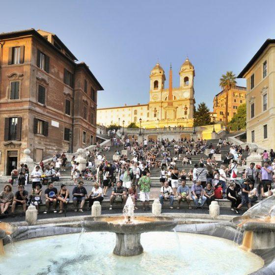 Πρόστιμο 400 ευρώ για όποιον κάθεται στις σκάλες της Piazza Di Spagna στη Ρώμη