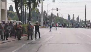 """Ελλάδα: Αστυνομικός των ΜΑΤ προκαλεί με χειρονομίες τους φοιτητές – """"Ελάτε κότες"""""""