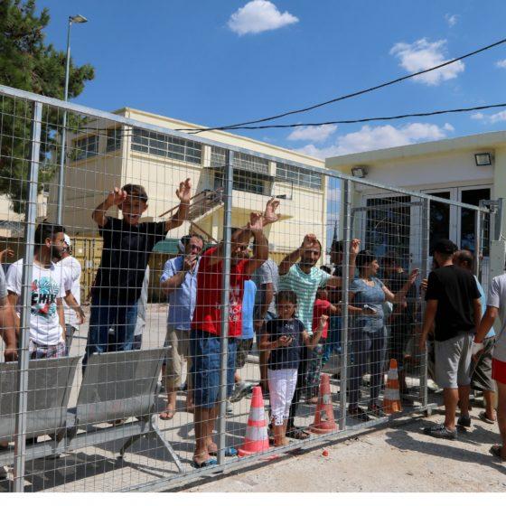 Ελλάδα: Εκρηκτική η κατάσταση στη Σάμο – 7000 πρόσφυγες σε υποδομές για 650