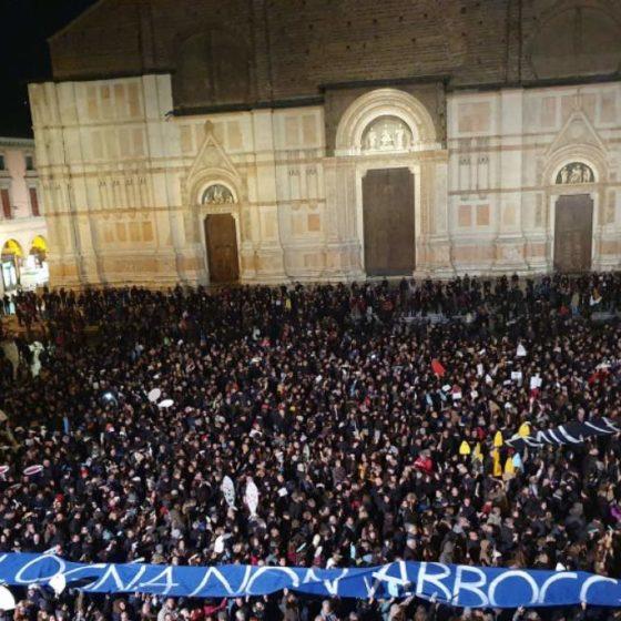 Με «Bella Ciao» και σύνθημα «Είμαστε όλοι αντιφασίστες» υποδέχτηκαν τον Σαλβίνι χιλιάδες διαδηλωτές στη Μπολόνια