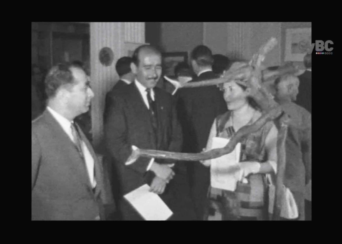 5.β Δίπλα στο γλυπτό του Şinasi Tekman στη μικτή έκθεση ζωγραφικής και γλυπτικής Τουρκοκυπρίων καλλιτεχνών που είχε τα εγκαίνια της στις 07 6 1963