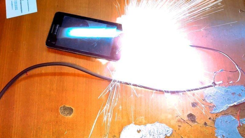 Οι χάκερ έμαθαν πώς να βάζουν φωτιά σε smartphone και laptop από μακριά