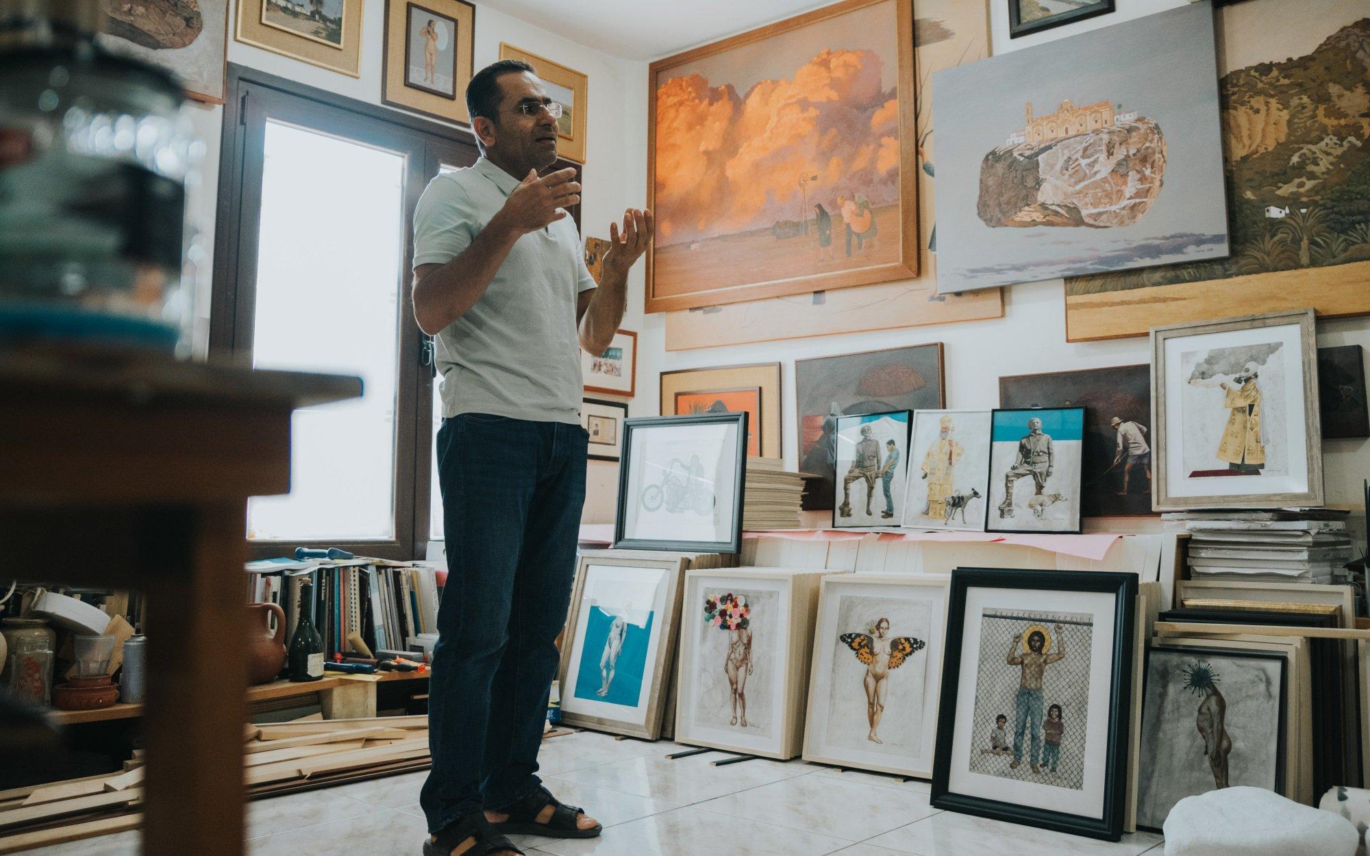 Κινδυνεύει με απόλυση ο καλλιτέχνης Γιώργος Γαβριήλ για τους πίνακες που  ενόχλησαν το Υπ. Παιδείας